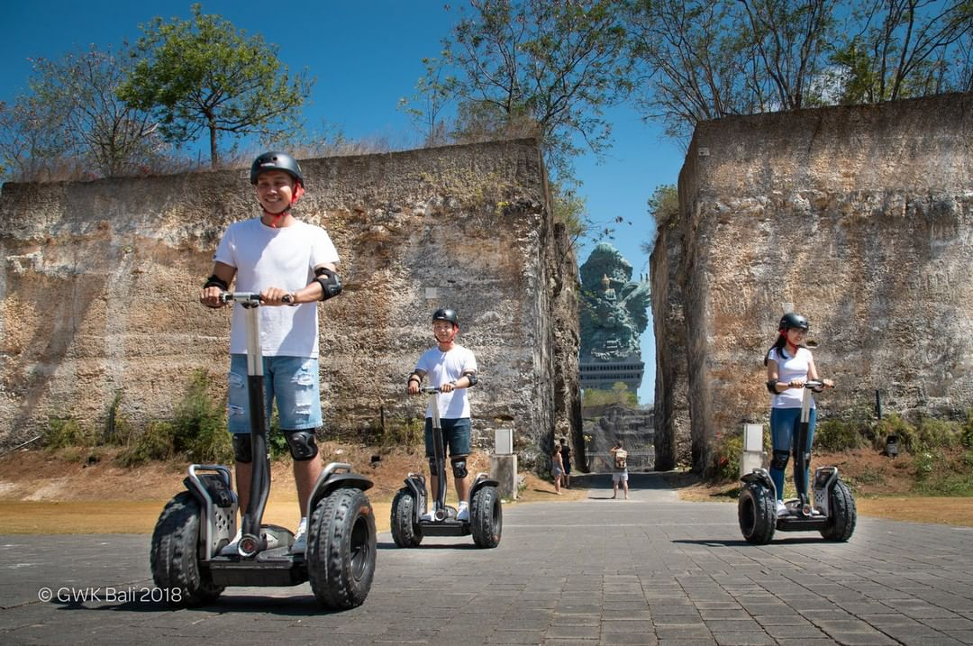 Besides walking and capturing moments with interesting spots in GWK, you can also enjoy the experience of traveling around the GWK area using segway and scooter. By paying IDR 60,000 - 80,000 you can feel the excitement!