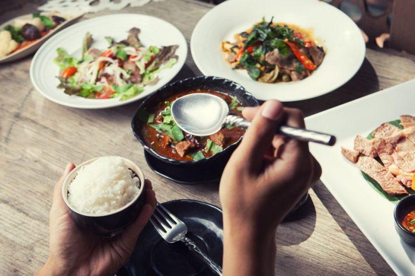 Bordsskick och livsmedel Etiquette i Thailand