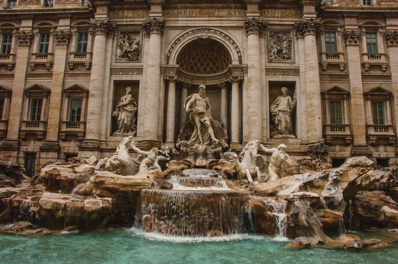 Návštěvou slavný fontána di Trevi v Římě