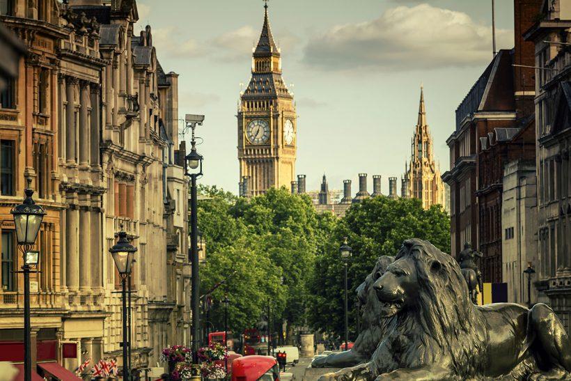 Pogled na Big Ben in Whitehall od Trafalgar Square v Londonu ob sončnem zahodu