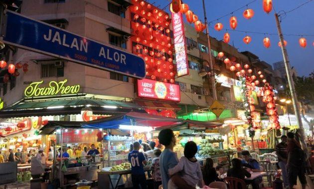 Τρώγοντας σε Jalan Alor στην Κουάλα Λουμπούρ